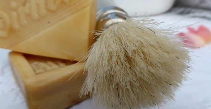 un pennello da barba per la rasatura